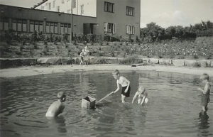 lekande barn i Lerdammen Slottskogen 1940 ca